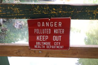 Danger polluted water keep out sign 014