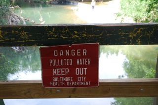Danger polluted water keep out sign 015